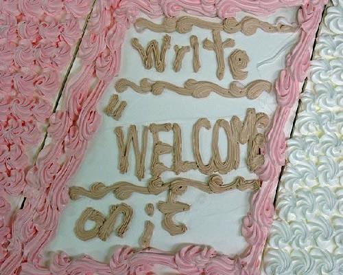"""Aqui, a ordem era para escrever """"bem vindo"""" no bolo. O confeiteiro escreveu a ordem,"""
