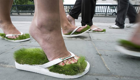 Faça um passeio na grama onde quer que esteja por estes chinelos criativo.