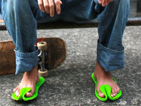 Estes chinelos futurista são feitos de borracha moldada suave que promete manter a seus pés, mesmo enquanto você está perseguindo um ônibus